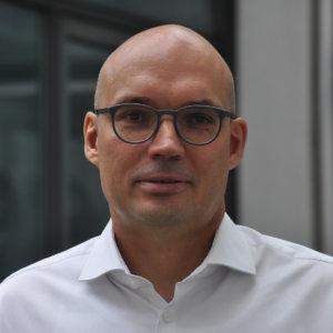 Portrait von Geschfäftsführer Thomas Wehrmann. Er trägt eine Brille und ein weißes Hemd